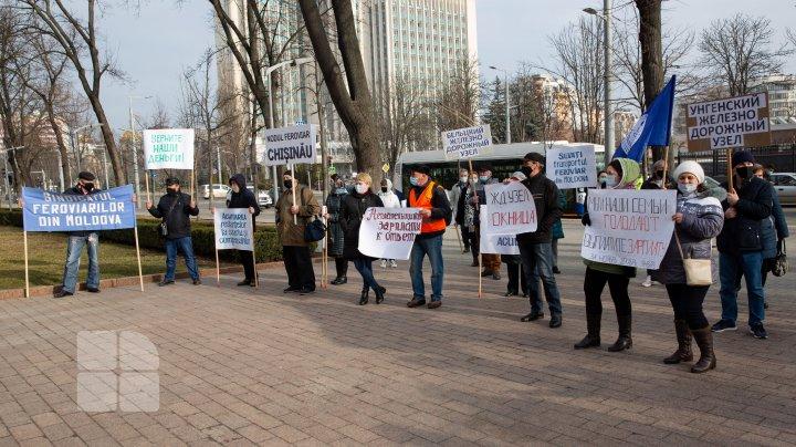 Fără salarii de 4 luni: Angajații CFM au protestat în fața Parlamentului și Președinției (FOTOREPORT)