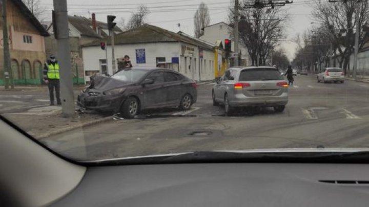 ACCIDENT în centrul Capitalei. O mașină, avariată grav. Cine este vinovatul și ce riscă