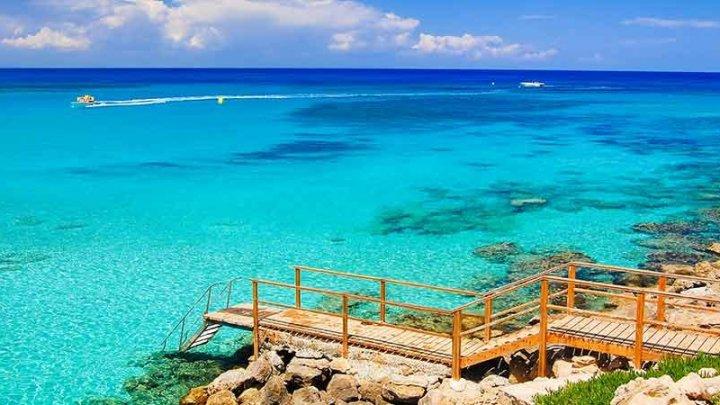 Cipru va primi din luna mai fără restricţii turiştii britanici vaccinaţi anti-COVID-19