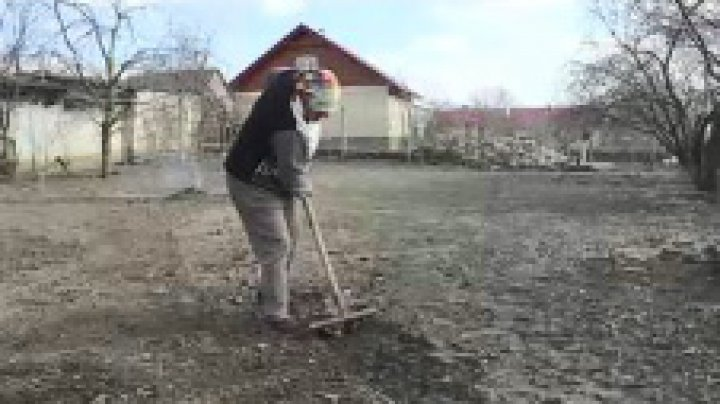 Au sărbătorit cu mătura sau cu sapa în mână. 8 martie este o zi obişnuită pentru femeile de la sate