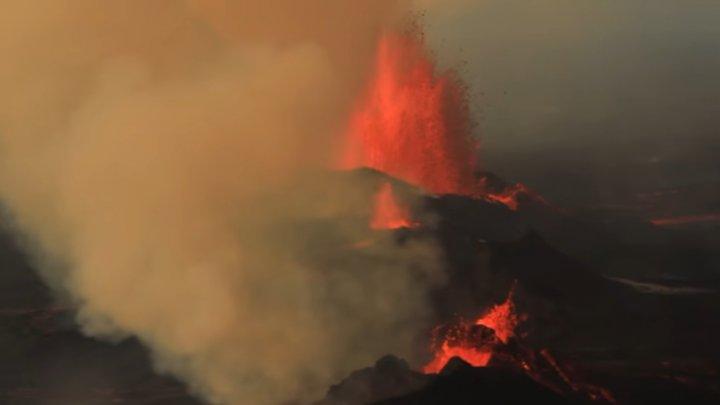 O erupţie vulcanică a declanşat un incendiu forestier pe o insulă din Indonezia