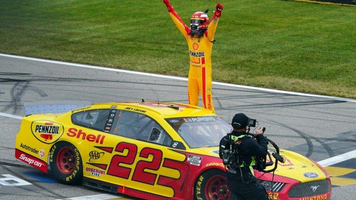 Joey Logano a câștigat prima cursă NASCAR, desfășurată pe zgură după o pauză de 50 de ani