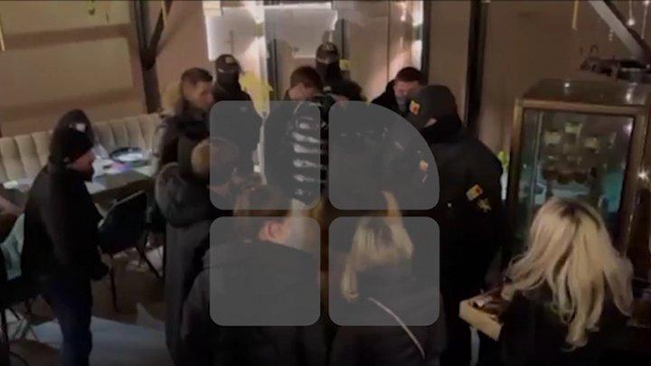 VIDEO EXCLUSIV! Zeci de petrecăreţi, prinşi într-un local din centrul Capitalei după ora 22:00