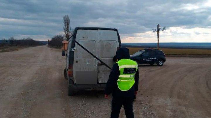Descoperirea făcută de polițiștii de frontieră din Leova, după ce au oprit un microbuz la intrarea în Tochile-Răducani
