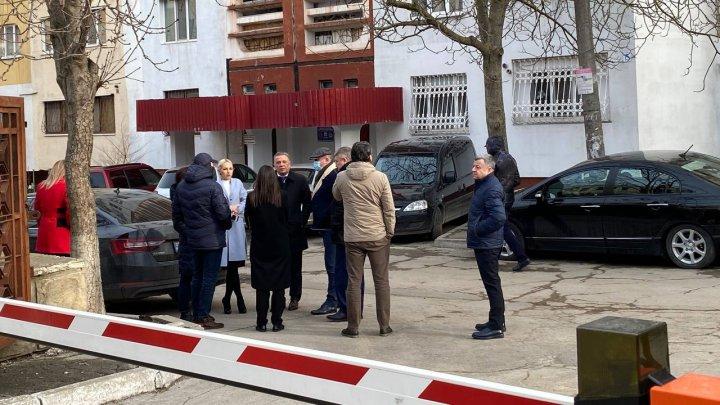 """Mai mulți membri ai Partidului """"Șor"""", surprinși în fața Judecătoriei Ciocana. Deputații au venit să-i susțină pe Ulanov și Jardan"""