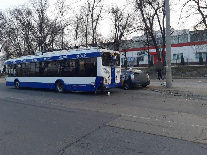 Accident matinal în Capitală. Un troleibuz s-a ciocnit cu o mașină de taxi. Sunt răniți (FOTO)