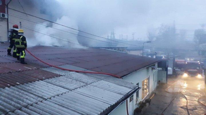 Incendiu în Centrul Capitalei. Un depozit de pe strada Piața Cantemir a fost cuprins de flăcări (FOTO/VIDEO)