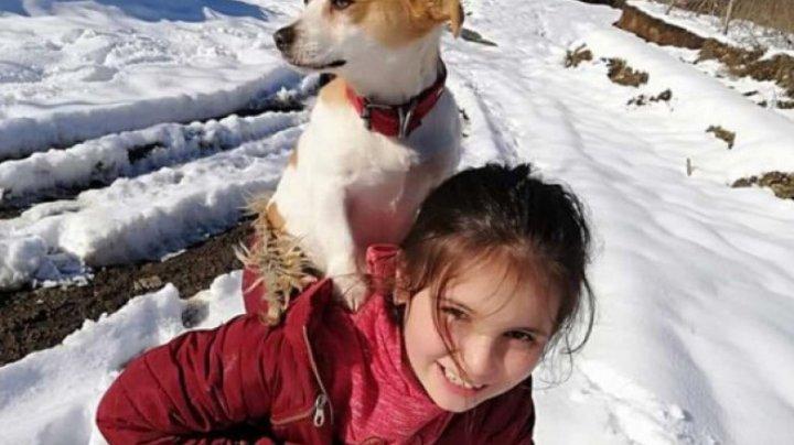 Gest impresionant! O fetiță de 9 ani și-a cărat câinele în spate doi kilometri, prin zăpadă, pentru a ajunge la veterinar