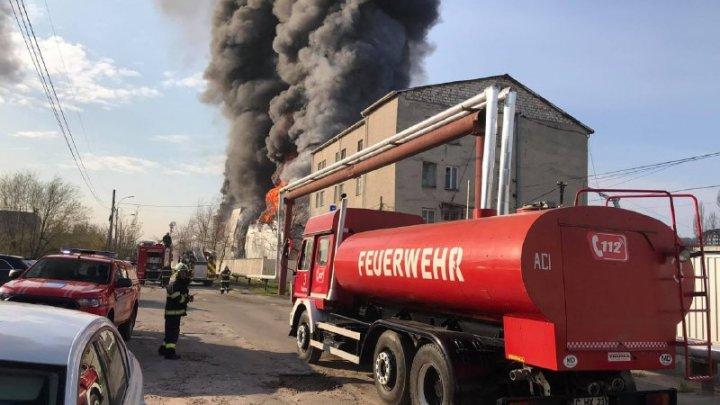 Incendiul de pe strada Calea Basarabiei din Capitală a fost localizat. Pompierii luptă cu focul pentru lichidarea arderii
