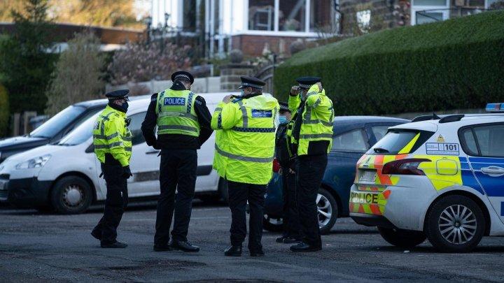 Un adolescent a fost atacat cu maceta în plină stradă, în UK. Una dintre mâini i-a fost ''complet tăiată''