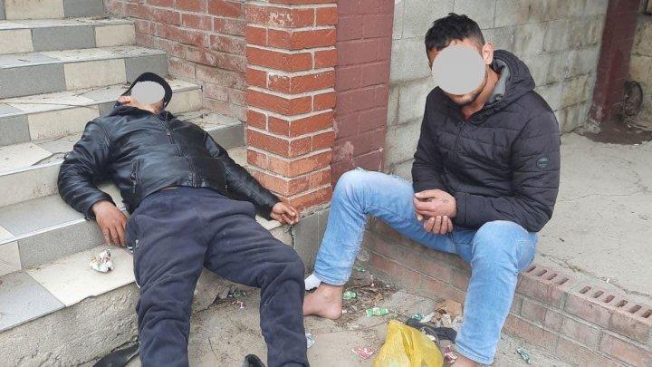 Fără papuci și întins pe scări. Două persoane drogate, reținute de carabinieri (FOTO)