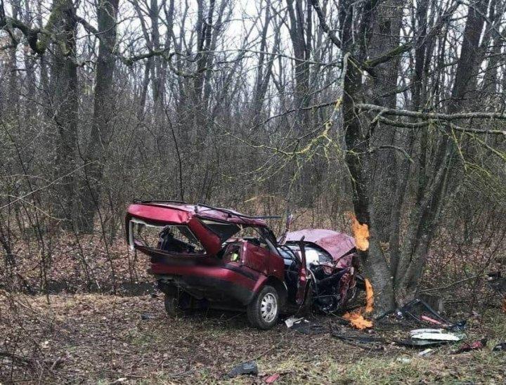 Accident înfiorător la Ocnița. Un cuplu a murit, după ce mașina în care se aflau s-a izbit în plină viteză într-un copac (FOTO)