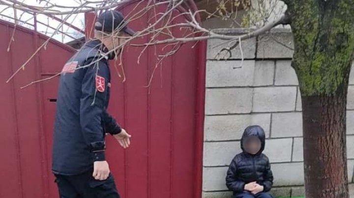 Un băiețel rătăcit pe o stradă din Comrat, găsit de oamenii legii. Ce a povestit copilul carabinierilor (FOTO)