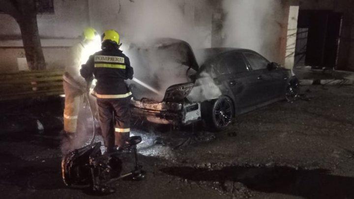 Dimineață de foc pentru un șofer din Comrat. Automobilul acestuia a fost cuprins de flăcări