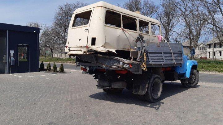 Accident GRAV în apropiere de Goian. Un microbuz s-a răsturnat după ce s-a izbit într-un camion. (FOTO)