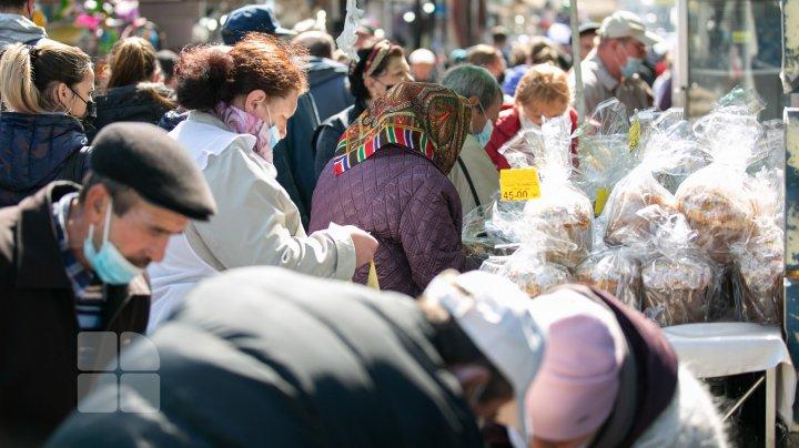 Forfotă mare la Piaţa Centrală din Capitală. În goana după produsele pentru masa de Paşte, moldovenii au făcut cozi la tarabe (FOTO)