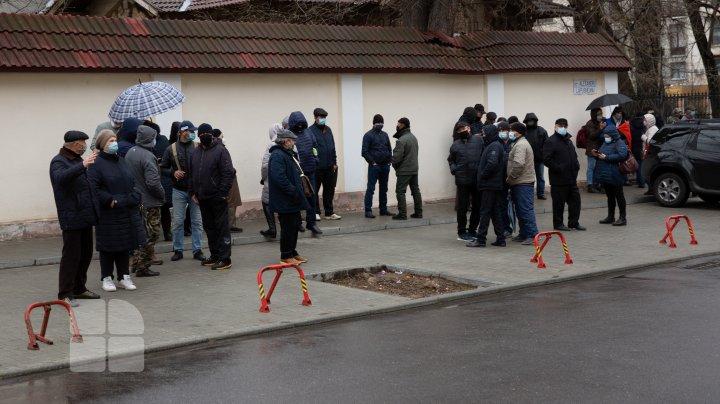 Zeci de oameni s-au adunat în fața CC, în timp ce magistrații examinează sesizarea președintelui privind dizolvarea Parlamentului (FOTO)