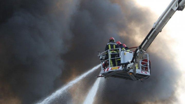 Consecințele incendiului de la depozitul cu vopsea. Specialiștii: Gradul de poluare este mare