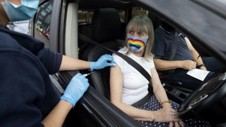 Bucureștenii pot să se imunizeze chiar din maşină. În România a fost deschis primul centru de vaccinare drive-thru