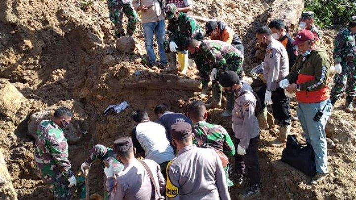 Trei morţi şi mai multe persoane dispărute în urma unei alunecări de teren pe insula Sumatra