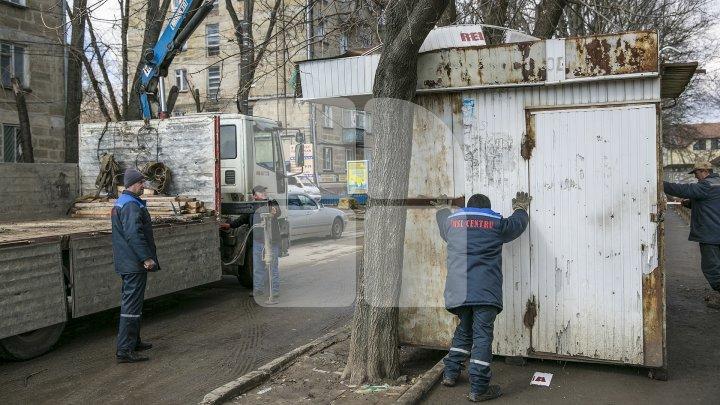 Autorităţile Capitalei au început să demoleze gheretele, terasele amplasate ilegal
