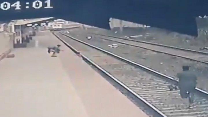 Și-a riscat viața pentru a salva un copil căzut pe șine. Gestul unui angajat al căilor ferate indiene, surprins de camere (VIDEO)