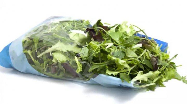 ȘOCANT! Ce a descoperit un cuplu într-o pungă cu salată cumpărată dintr-un supermarket