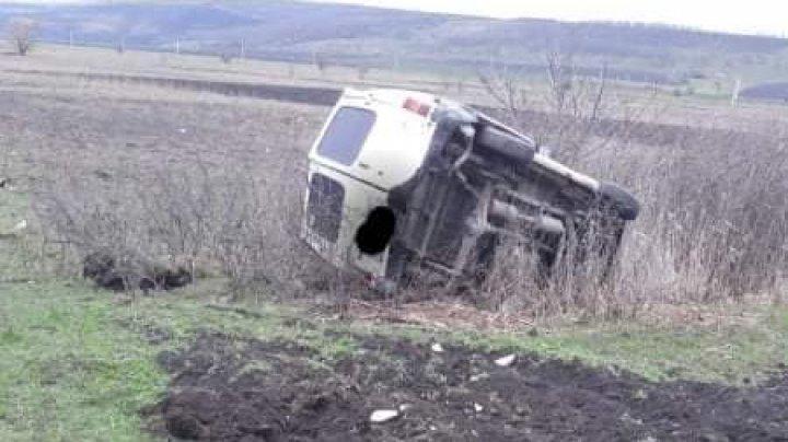 ACCIDENT la Hîncești. Un automobil s-a răsturnat pe un câmp (FOTO)