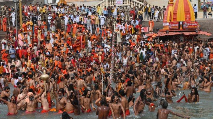 Zeci de mii de hinduși se îngrămădesc să se spele de păcate în Gange, în ziua în care India devine a 2-a cea mai afectată țară de COVID
