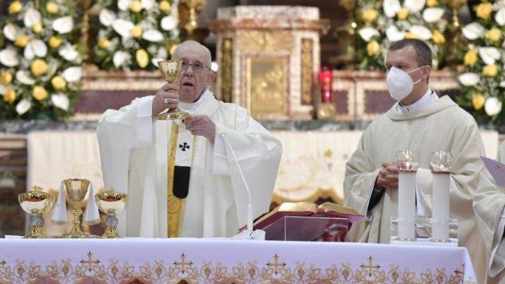 Papa Francisc a celebrat Sfânta Liturghie în afara Vaticanului, în prezenţa unor deţinuţi şi refugiaţi