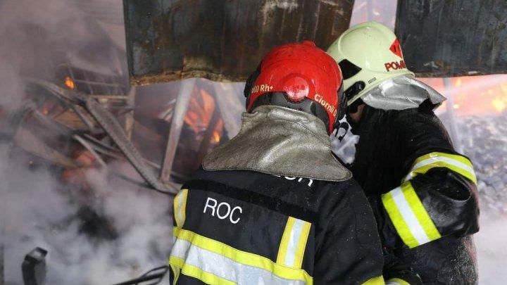 12 ore de luptă cu flăcările. Pompierii continuă intervenția pentru lichidarea incendiului de la depozitul cu vopsea