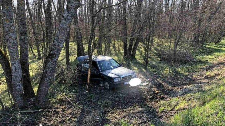 Un Mercedes a derapat de pe șosea și a ajuns într-un tufăriș. O minoră a fost rănită