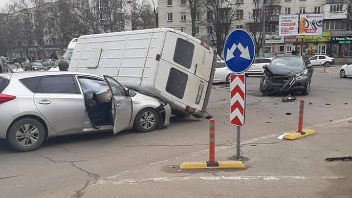 Accident grav în Capitală. Patru mașini s-au ciocnit violent pe strada Trandafirilor (VIDEO)