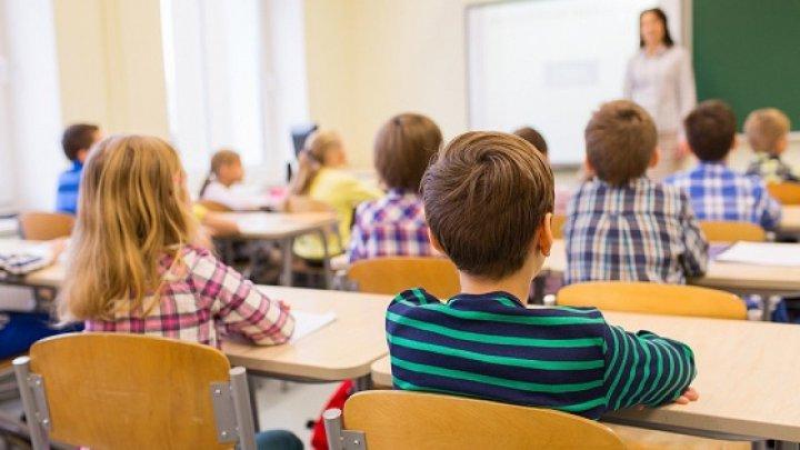 Elevii claselor primare și absolvente din școlile din Chișinău, revin la ore cu prezență fizică