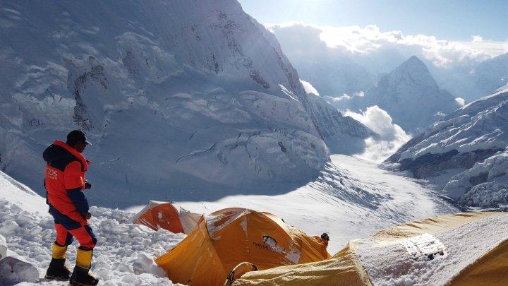 Coronavirusul a ajuns pe cel mai înalt munte din lume. Un alpinist de pe Everest s-a simțit rău și a fost coborât
