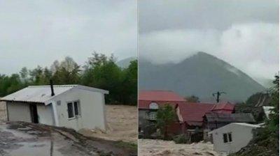 Furia apelor s-a dezlănțuit în județul Bihor. O casă în care locuia o familie cu patru copii a fost luată de ape (VIDEO)