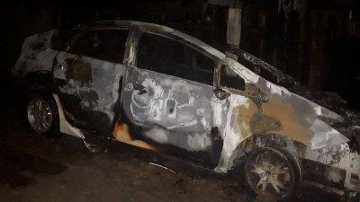 Mașina unei companii de taxi a explodat și a ars în totalitate