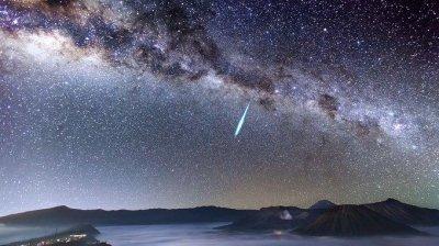 Spectacol pe cer în noaptea de joi spre vineri. Va fi o ploaie de meteori proveniţi din coada cometei Halley