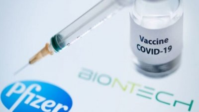 Îmbulzeală la maratonul de vaccinare anticovid de la Palatul Republicii. Oamenii au venit să își administreze rapelul cu Pfizer