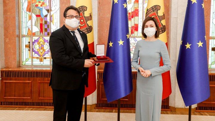 """Ambasadorul UE în țara noastră, Peter Michalko, decorat cu """"Ordinul de Onoare"""" de către președintele Maia Sandu"""