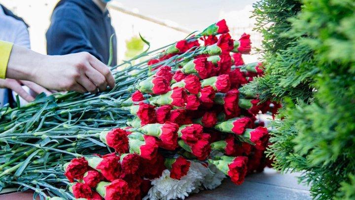 Socialiștii au depus flori la Ambasada Federației Ruse de la Chișinău, în memoria victimelor atacului din Kazan