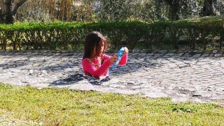 (FOTO) Iluzia optică a unei fetițe care se scufundă în trotuar generează confuzie printre cei care o văd