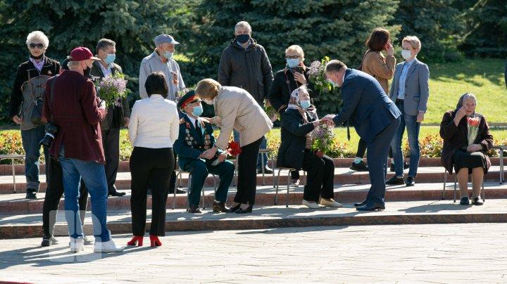 """Ziua Victoriei și a Europei. Primele persoane în stat au depus flori la complexul Memorial """"Eternitate"""" (FOTO)"""