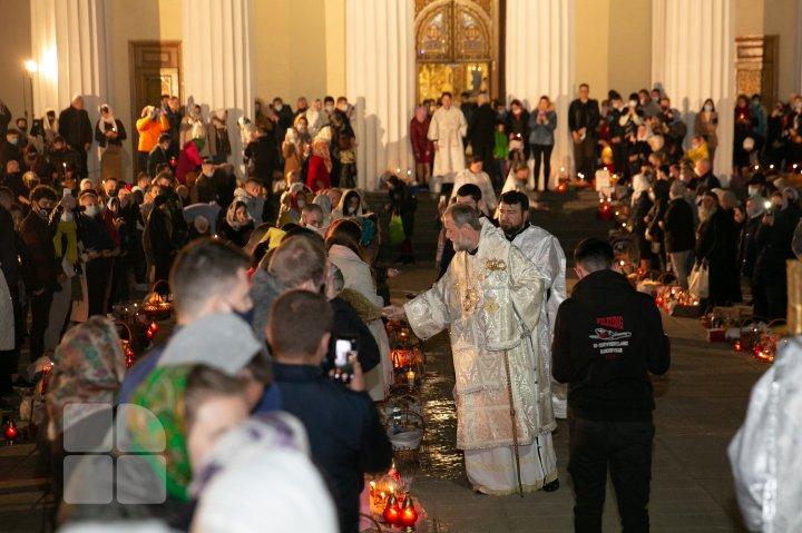 Noaptea de Înviere la Catedrala Mitropolitană (FOTOREPORT)