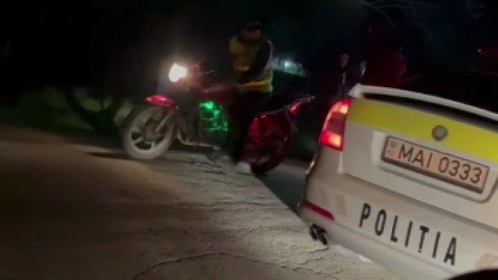 Un motociclist beat criţă s-a dezechilibrat și a căzut jos. Bărbatul a înjurat polițiștii, care au venit să-l ajute (VIDEO).