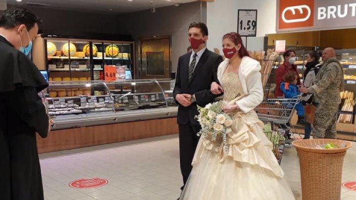 Motivul pentru care un cuplu şi-a oficiat relaţia într-un hipermarket