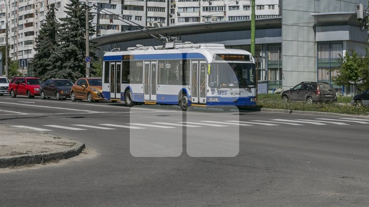 Călătorește gratis cu troleibuzul. Un copil din Chișinău se agață de vehicul și se plimbă prin Capitală. Ce spune poliția