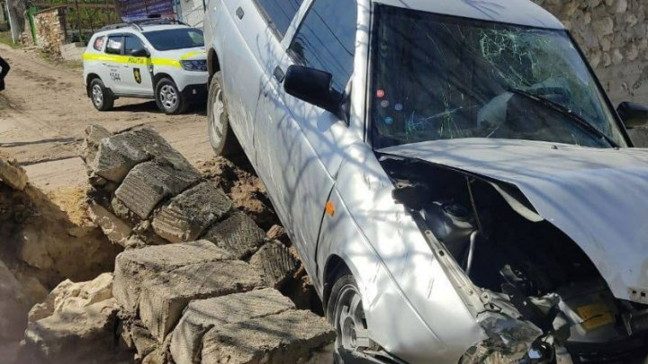 IMPACT VIOLENT la Criuleni. Un șofer s-a izbit cu maşina de un gard de piatră (FOTO)