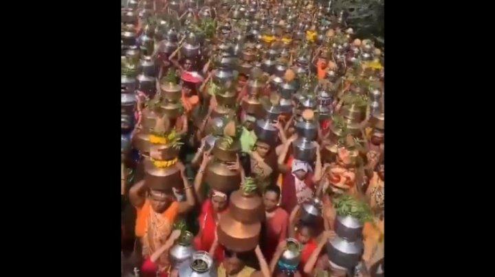 În timp ce spitalele nu mai au locuri, festivalurile cu mii de participanți se țin lanț în India