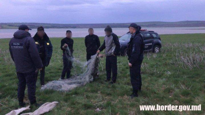Pescari cu ghinion. Patru bărbați au fost ajutați de polițiștii de frontieră să scoată plasele cu pește, apoi au încasat amenzi